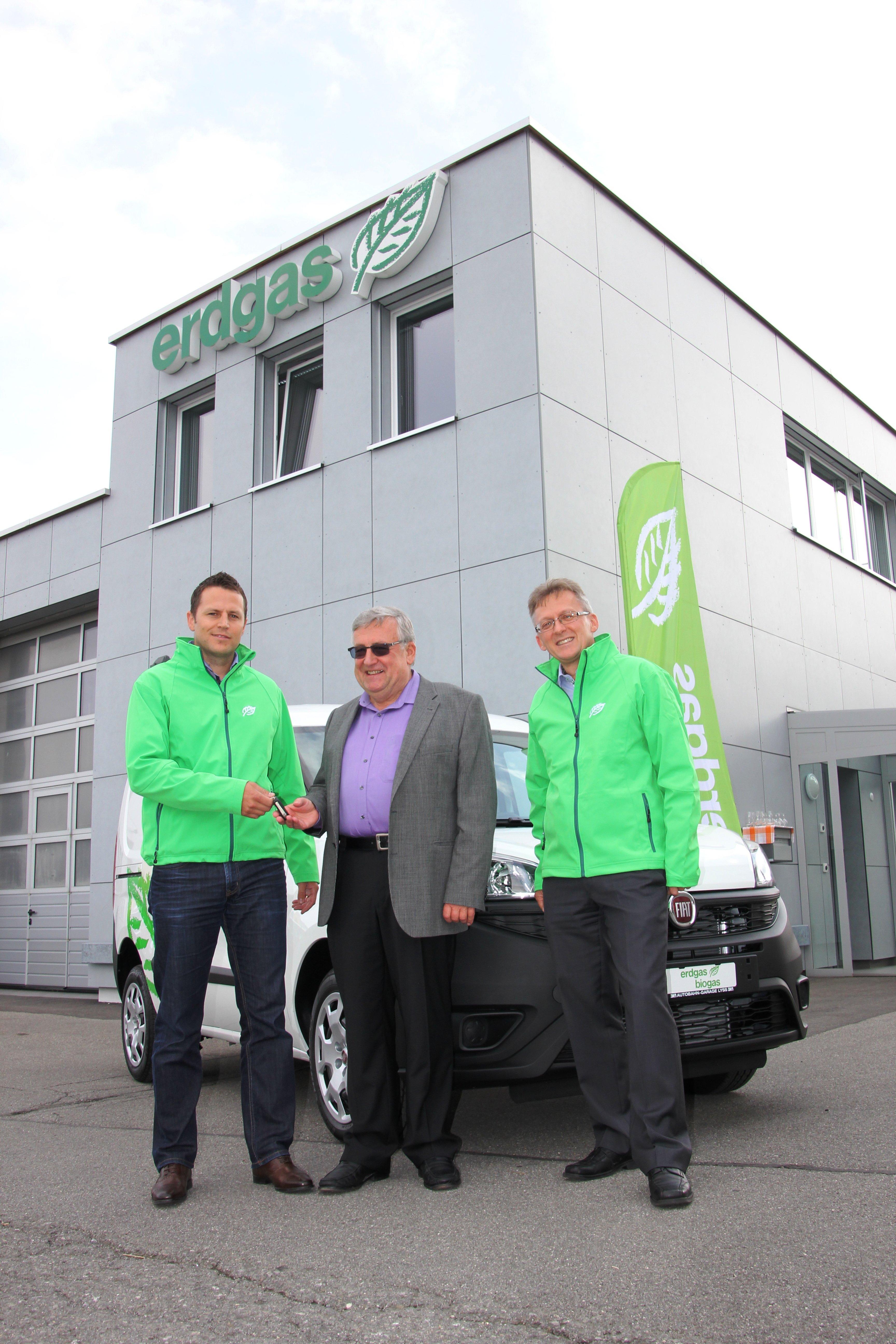 Thomas Ochsner (à gauche) et Daniel Bissig (à droite) remettent à Alois Kälin les clés de la Fiat Doblò.