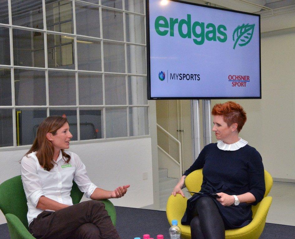 Die Spitzenathletin Nicola Spirig (links) im Gespräch mit der Moderatorin Steffi Buchli.