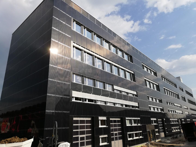 Der neu erstellte Gewerbepark in Wallisellen verfügt über die ertragreichste Fassaden-Solaranlage Europas.