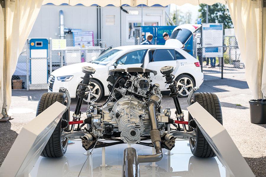 Wissen: Gas-Auto von innen / Tank- und Forschungsanlage im Hintergrund